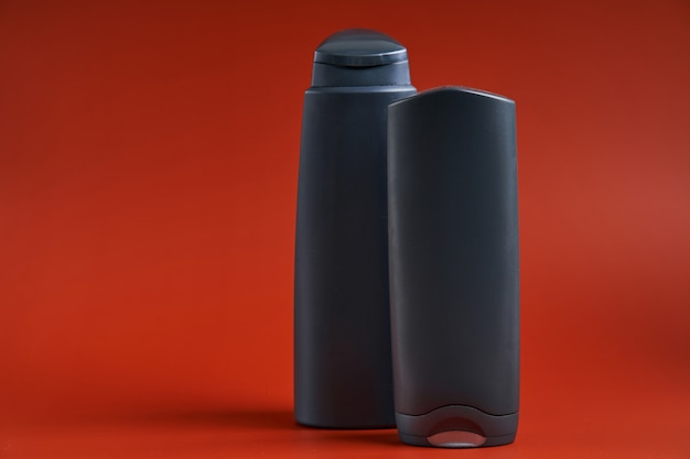 Dwa puste plastikowe pojemniki z żelem pod prysznic lub szamponem