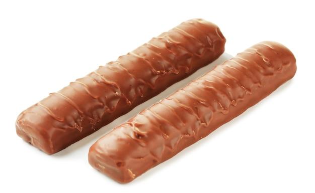 Dwa pyszne batoniki czekoladowe na białym tle