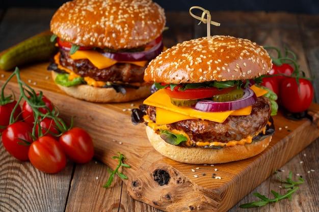 Dwa pyszne domowe hamburgery wołowe