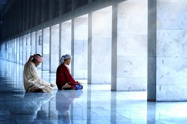 Dwa religijny muzułmański mężczyzna ono modli się wpólnie