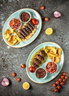 Dwa rodzaje dań głównych z ziemniakami na stole