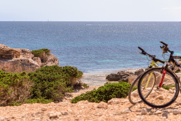 Dwa rowery przy ukrytej plaży na ibizie, baleary