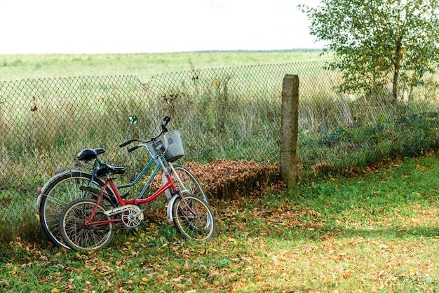 Dwa rowery w pobliżu starego metalowego ogrodzenia