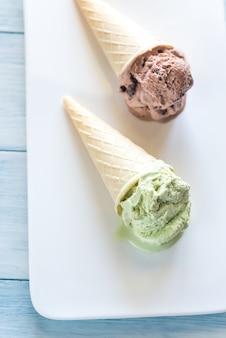 Dwa rożki lodów o smaku orzechowym