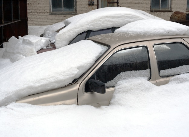 Dwa samochody całkowicie pochowane w śniegu