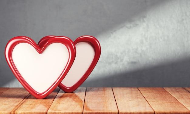 Dwa serca na drewnianym stole nad szarym tłem