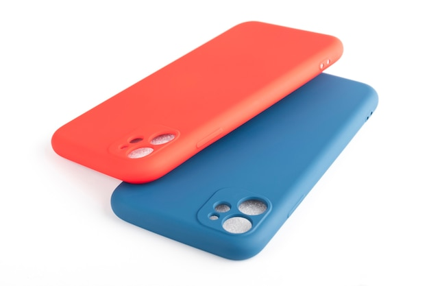 Dwa silikonowe etui na smartfony, czerwone i niebieskie na białym tle. akcesoria do telefonów komórkowych
