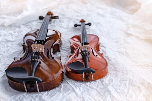Dwa skrzypce umieszczone na powierzchni grunge