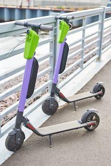 Dwa skutery elektryczne w mieście, nowoczesny transport miejski
