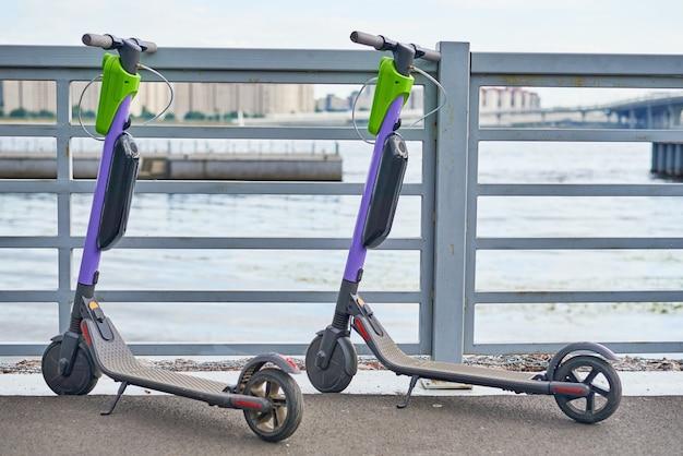 Dwa skutery elektryczne w mieście. nowoczesny transport miejski