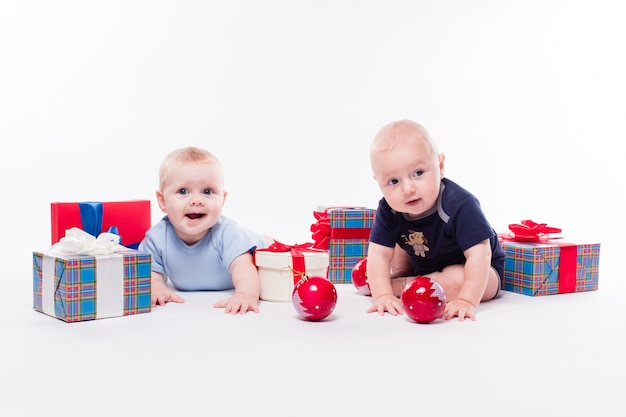 Dwa słodkie dziecko siedzi wśród świąt bożego narodzenia