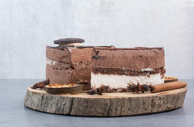 Dwa słodkie pyszne kawałek ciasta z anyżem na drewnianej desce.