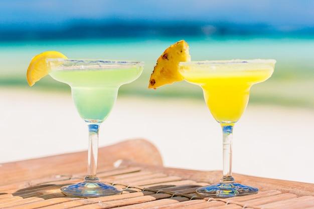 Dwa smaczne koktajle na tropikalnej białej plaży
