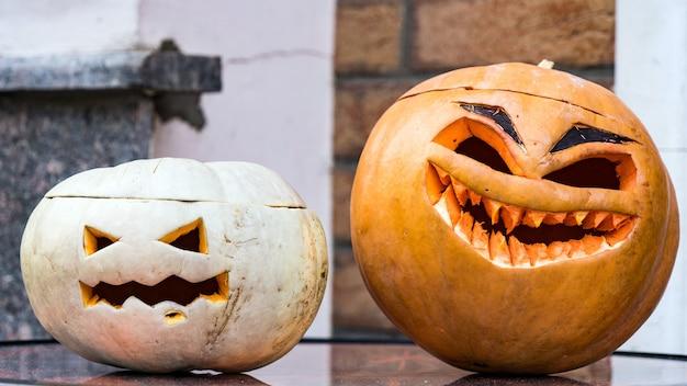 Dwa śmieszne halloween dynia jack-o-lantern, soczi, rosja.