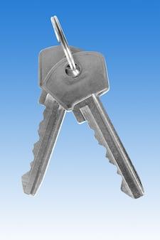 Dwa srebrne klucze na niebieskim tle