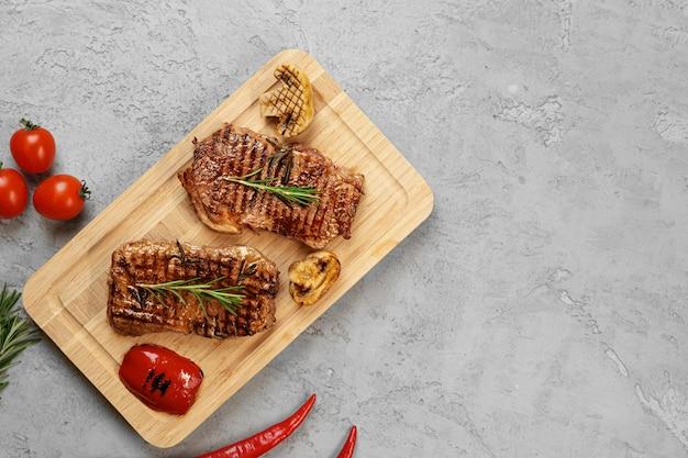 Dwa stek wołowy z grilla na desce, widok z góry