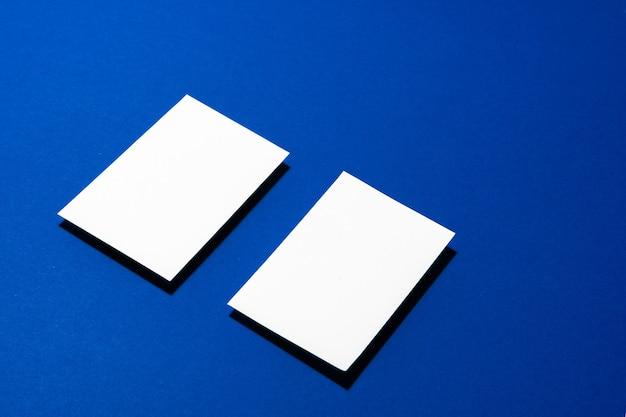 Dwa stosy pustych wizytówek na niebieskim tle