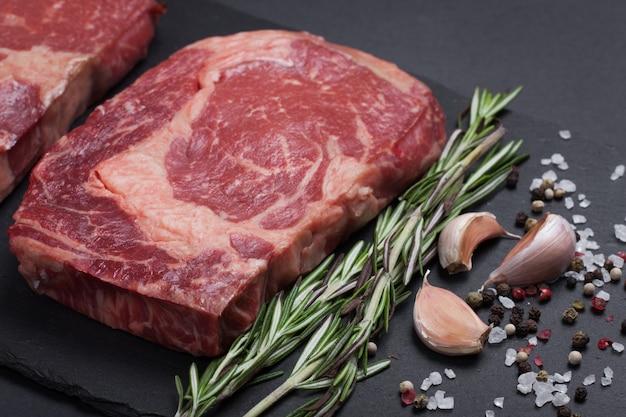 Dwa surowe marmurowe mięso, czarny stek angus ribeye.