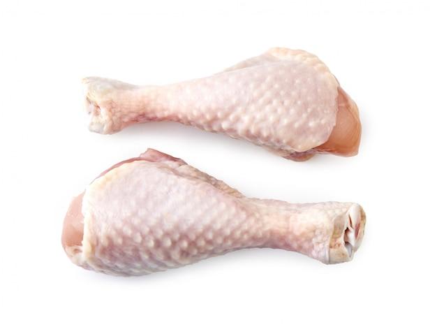 Dwa surowego kurczaka nogi odizolowywającego odgórnego widok.