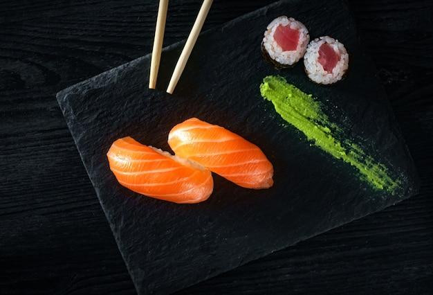 Dwa sushi z łososiem na kamieniu