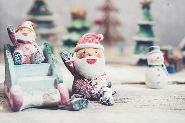 Dwa święty mikołaj z saniami i śniegiem
