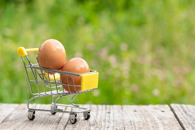 Dwa świeże jaja kurze w koszyku.