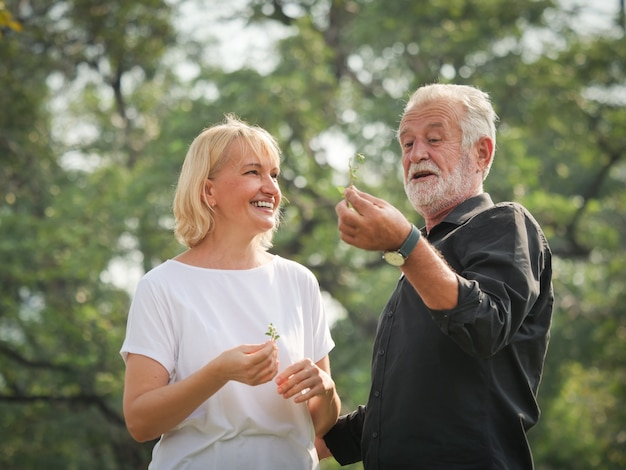 Dwa Szczęśliwe Emerytów Seniorów Mężczyzna I Kobieta Chodzą I Rozmawiają W Parku Premium Zdjęcia