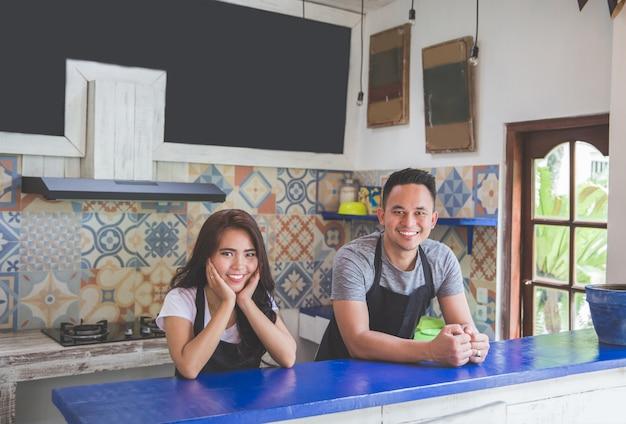 Dwa szczęśliwy pracownik kawiarni