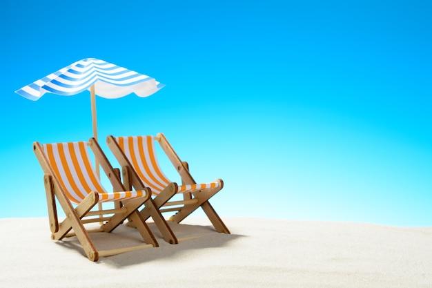 Dwa szezlong pod parasolem na piaszczystej plaży, niebo z miejscem na kopię