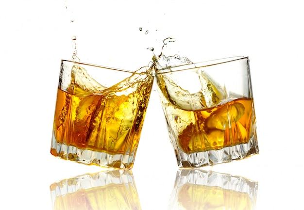Dwa szklanki whisky szczęk razem, odizolowane