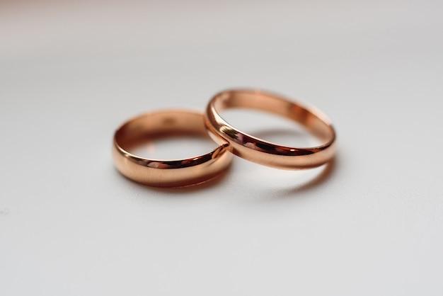 Dwa tradycyjne złote obrączki ślubne z bliska