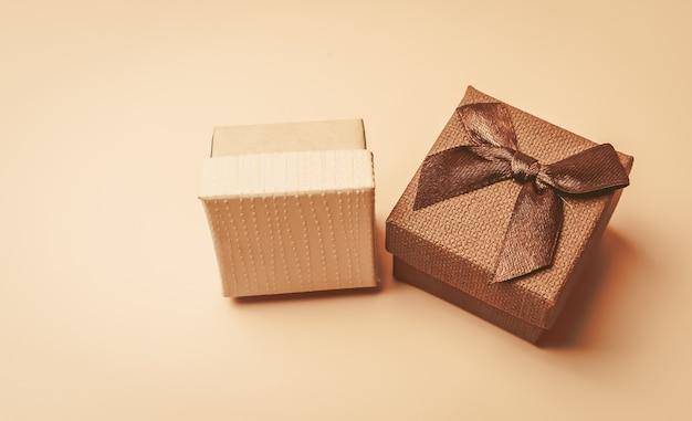 Dwa vintage beżowe pudełka z kokardą na beżu