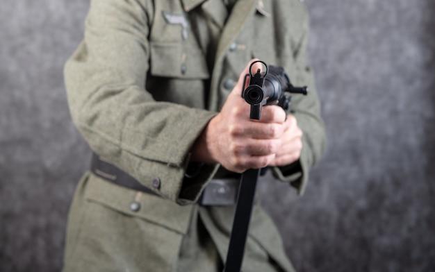 Dwa wojny światowej niemiecki żołnierz z karabinem maszynowym