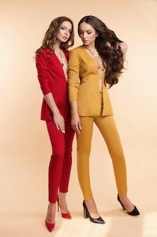 Dwa wspaniałe modele w kolorowych garniturach i szpilkach