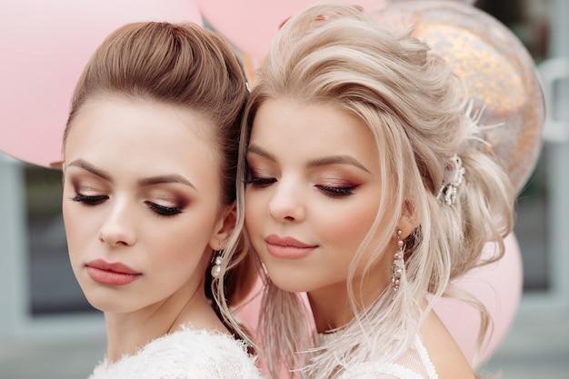 Dwa wspaniałe modele z białym makijażem i fryzurą.