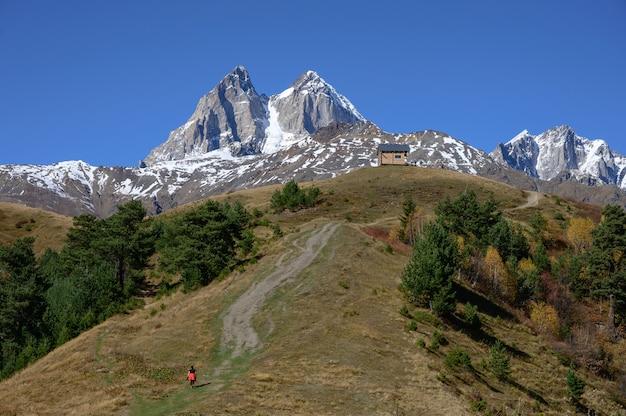 Dwa wysokie skaliste szczyty góry ushba w regionie swanetia w gruzji.