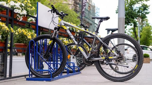Dwa zaparkowane rowery na ulicy w pobliżu drogi, kwiaty