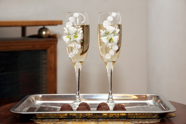 Dwa zdobione kieliszki do szampana ślubnego