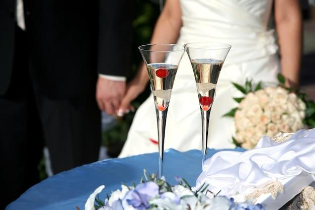 Dwa zdobione kieliszki do szampana weselnego