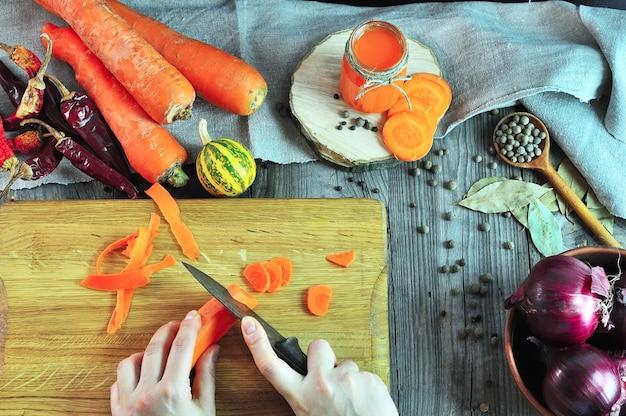 Dwa żeńskiej ręki ciie warzywa na kuchennej desce