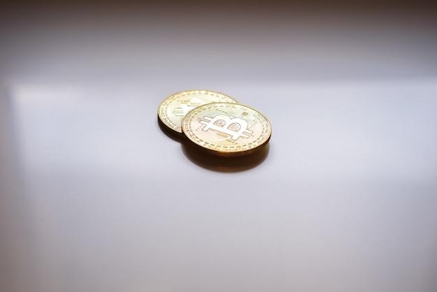 Dwa złote bitcoiny kryptowalut, nowa gospodarka, z ujemną przestrzenią.