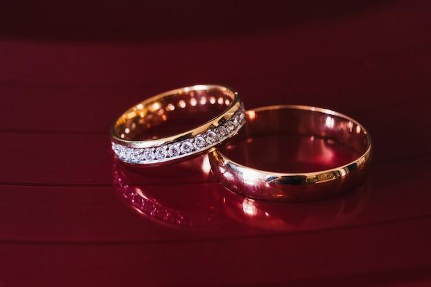 Dwa złote pierścienie ślubne pary młodej do zaręczyn