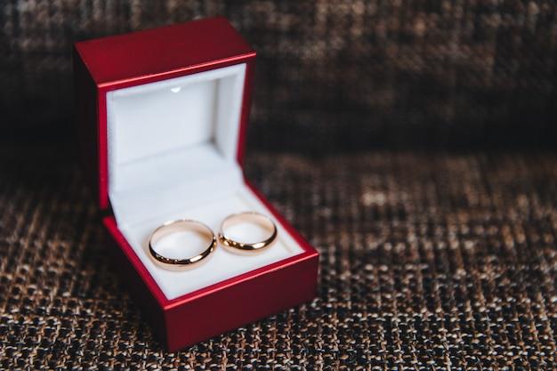 Dwa złote pierścienie w pudełku