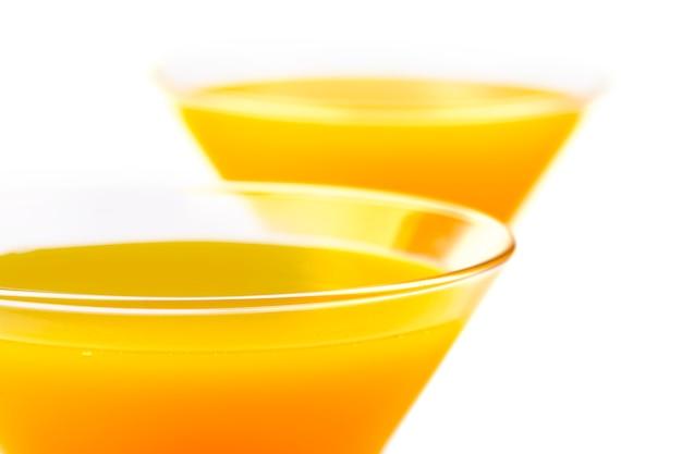 Dwa żółte kieliszki koktajlowe
