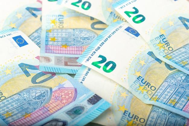 Dwadzieścia banknotów euro. banknoty papierowe