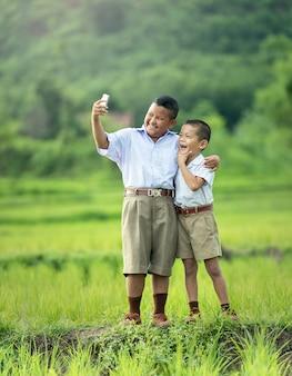 Dwaj chłopcy robią selfie