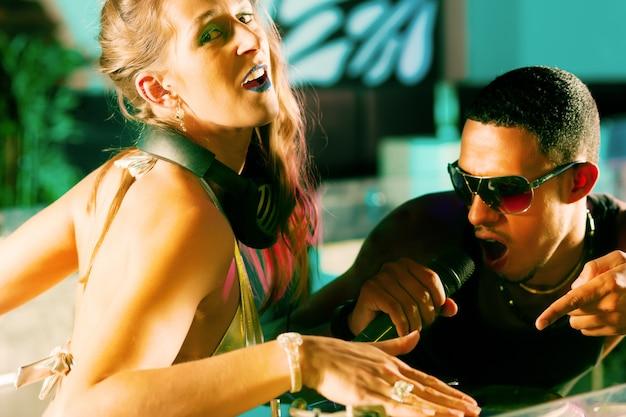 Dwaj dj-e na gramofonie w klubie