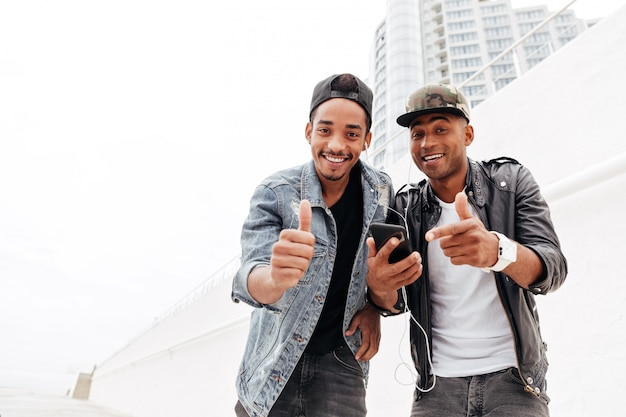 Dwaj młodzi afrykańscy mężczyzna przyjaciele chodzi outdoors