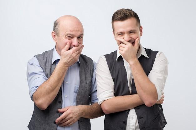 Dwaj młodzi i starzy mężczyźni się śmieją