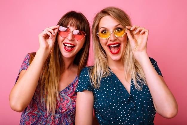 Dwaj pozytywni najlepsi przyjaciele dobrze się bawią w okularach przeciwsłonecznych